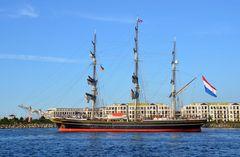 """Der Dreimast-Klipper """"Amsterdam"""" zur Hanse Sail beim Auslaufen von Warnemünde"""