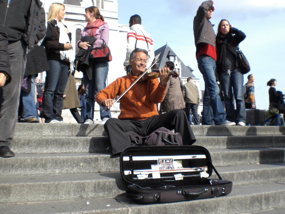 ***Der einsame Geiger auf der Treppe*** Foto & Bild