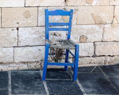 Der einzelne marode Stuhl mit anderem Bildschnitt