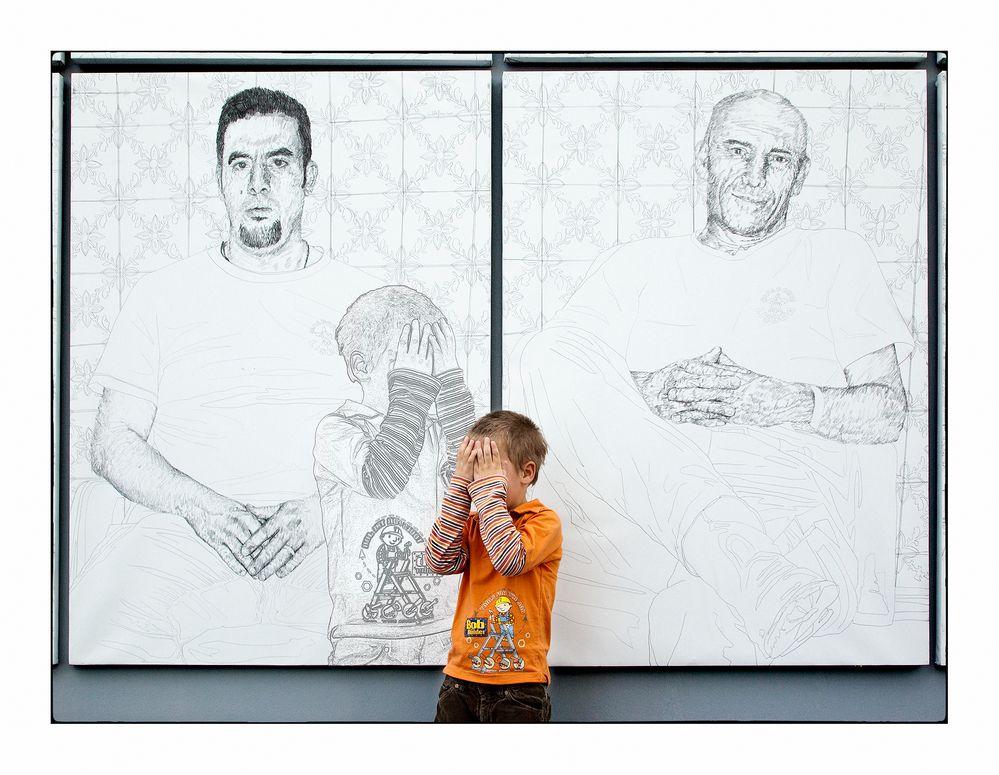 """Der erstaunte Junge und sein """"Kunstzwilling"""""""