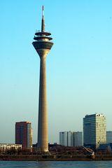 Der etwas schief geratene Fernsehturm und Stadttor im Abendlicht