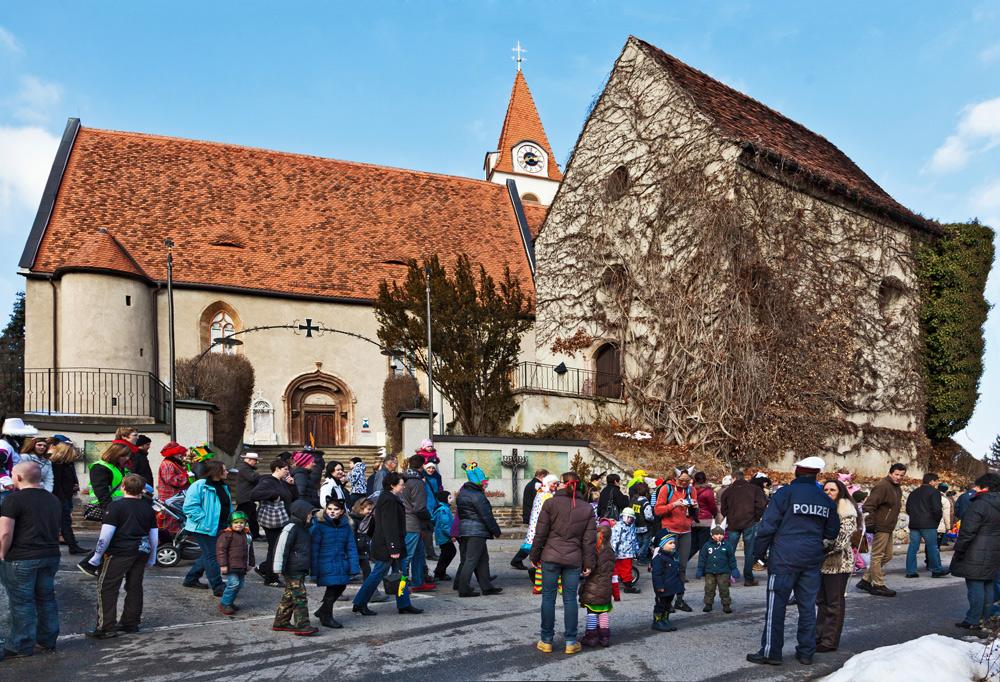 Der Faschingsumzug formiert sich vor der alten Gratweiner Kirche ...