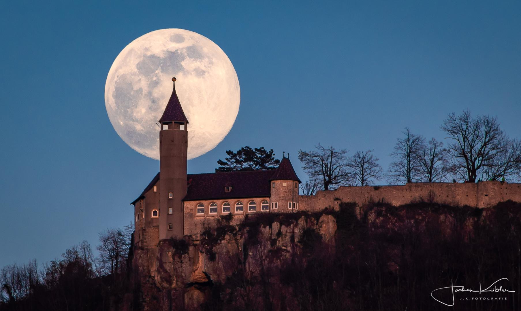 Der fast volle Mond hinter der Burg Teck