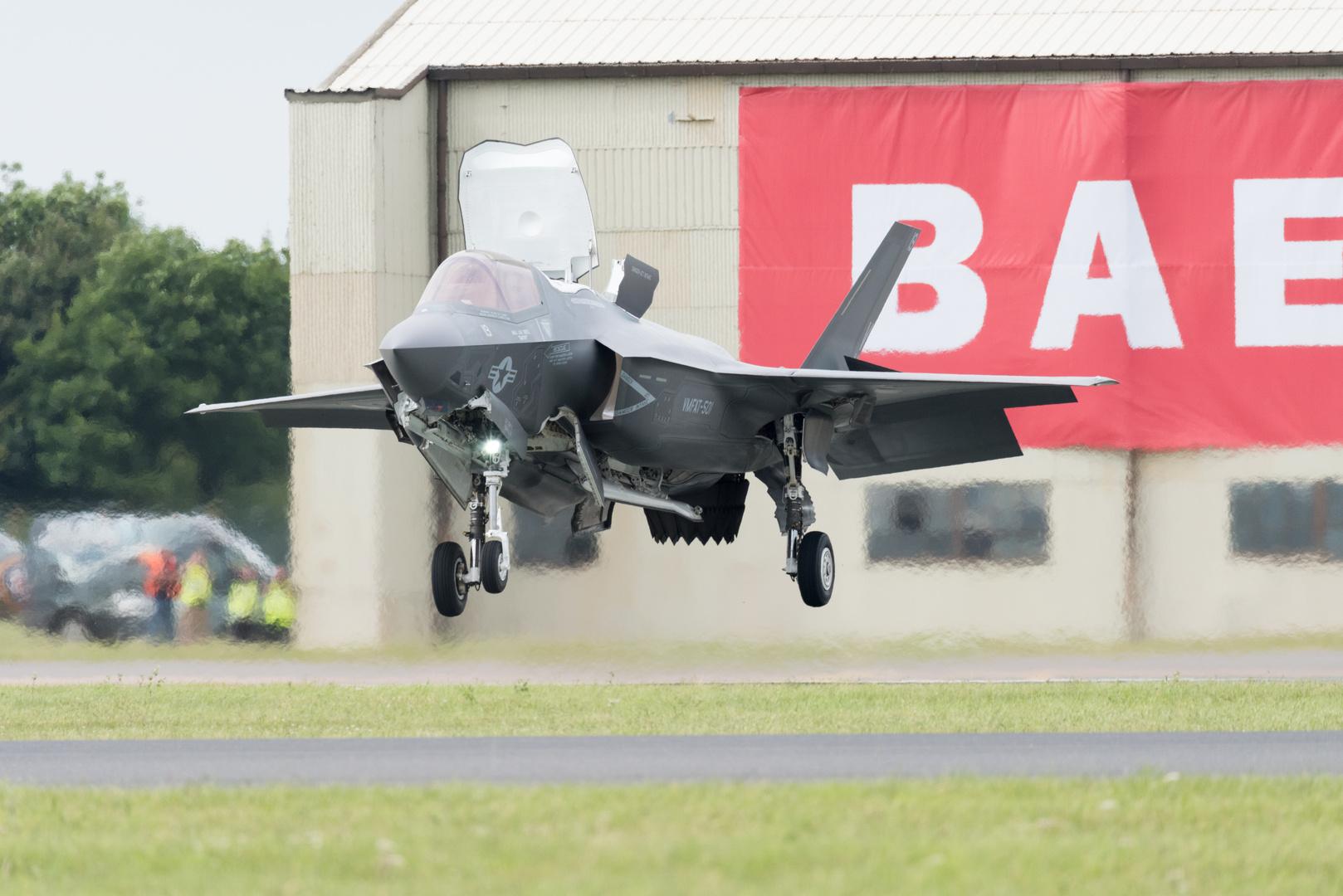 Der feine englische Rasen... F-35 vertical landing