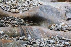Der Felsen und die Steine im Valle Verzasca