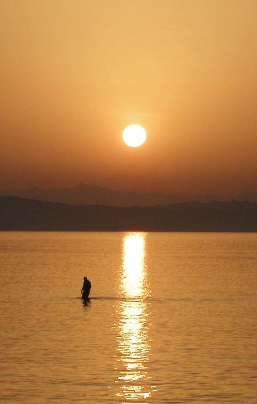 Der Fischer geht über das Meer