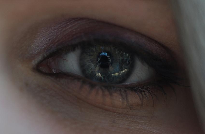 Der Fotograf, gespiegelt im Auge seines fantastischen, schönen Models
