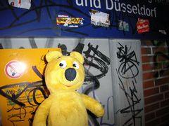 Der gelbe Bär ärgert sich über Schmierbären