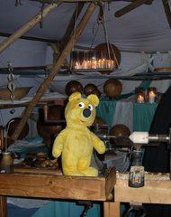 Der gelbe Bär auf dem Mittelaltermarkt (2)