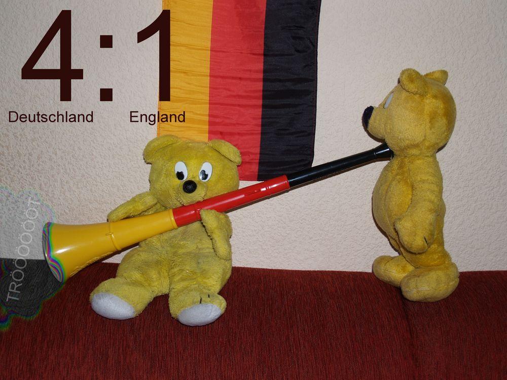 Der gelbe Bär feiert: Deutschland-England 4:1