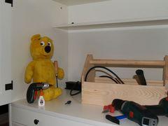 Der gelbe Bär hilft Schränke aufbauen