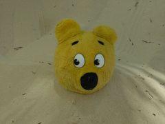 Der gelbe Bär im Sand verbuddelt