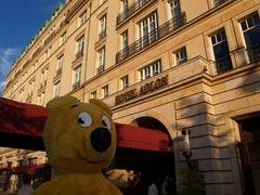 Der gelbe Bär in Berlin vor dem Einchecken