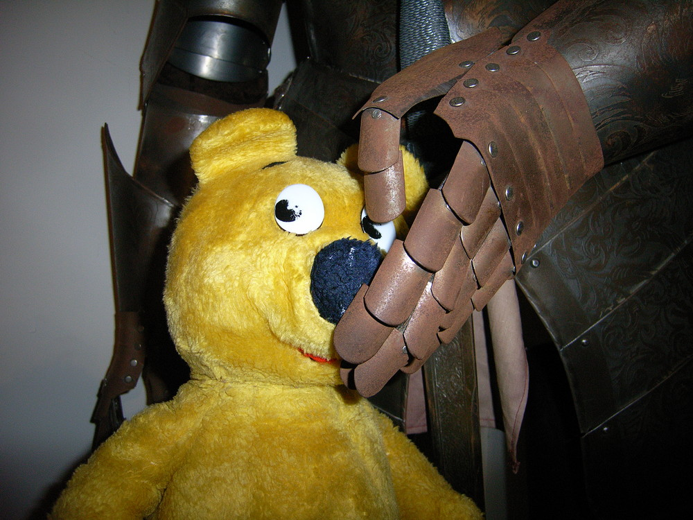Der gelbe Bär in Rittershand