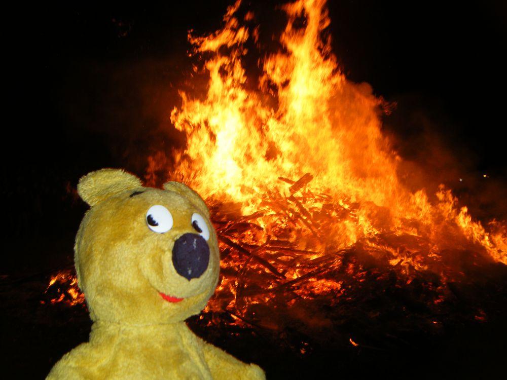 Der gelbe Bär tanzt in der Walpurgisnacht