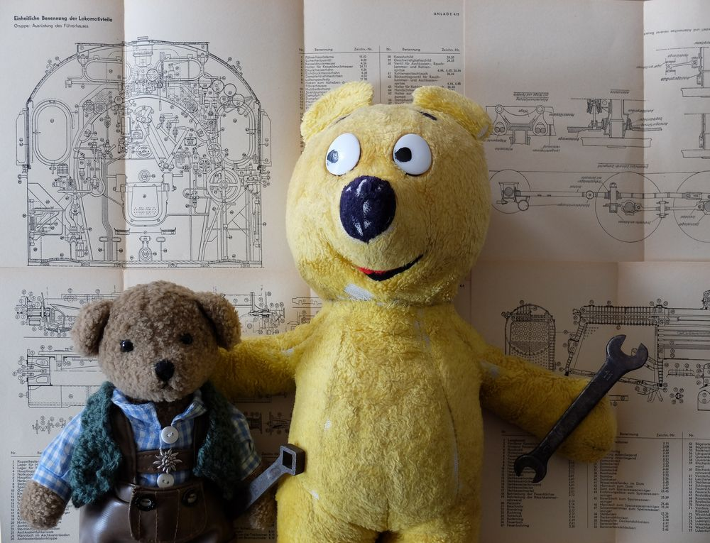 Der gelbe Bär und Ludwig beim Lokschrauben