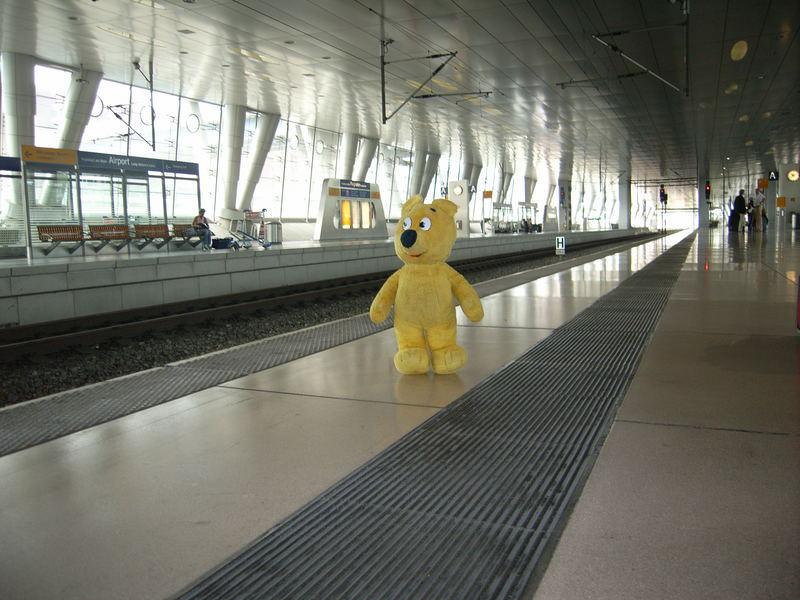 Der gelbe Bär wartet auf den ICE