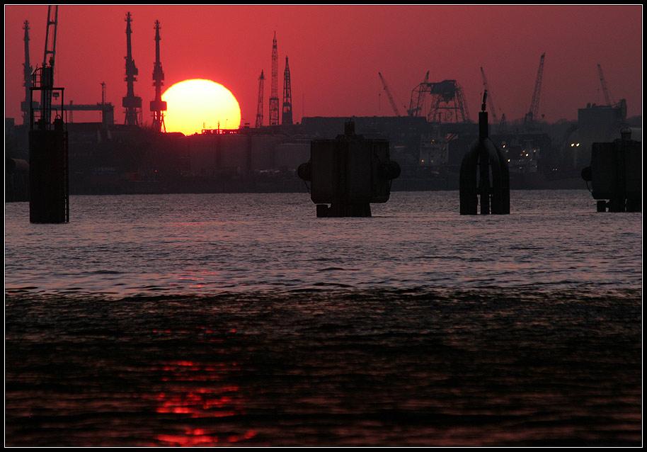der Hafen geht in die Nacht...