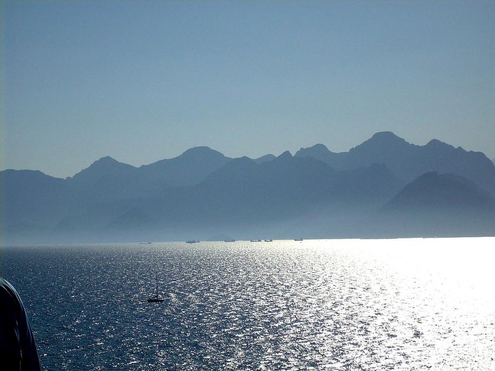 Der Hafen von Antalya und dahinter ...