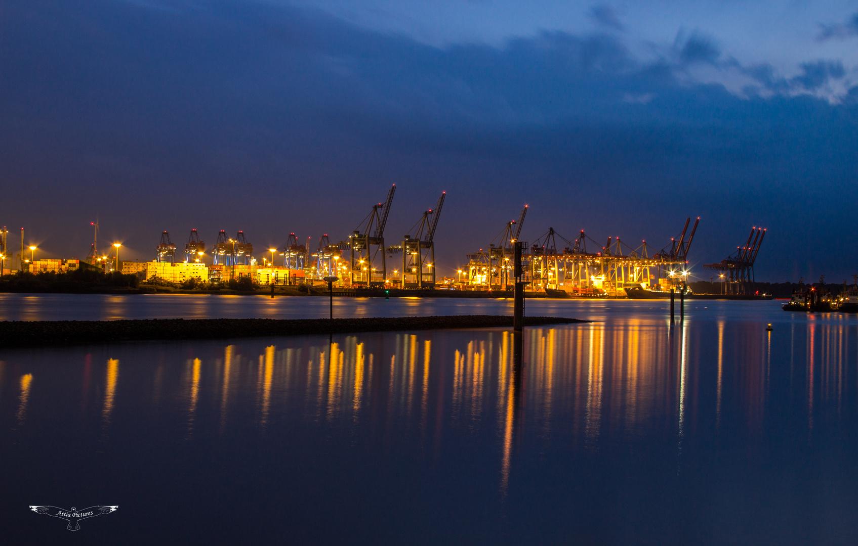 Der Hamburger Hafen bei Nacht