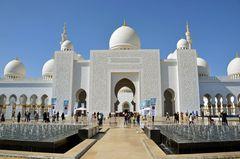 Der Haupteingang zur Scheich-Zayid-Moschee