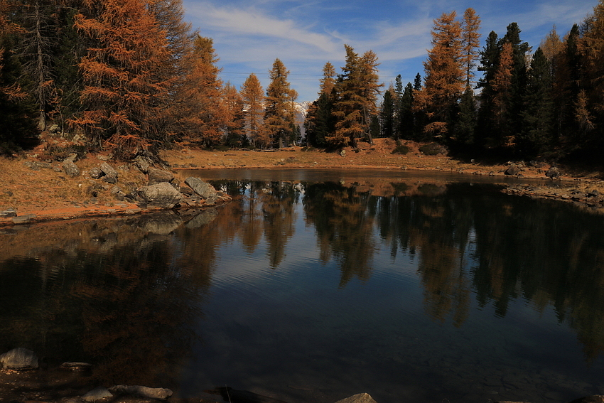 Der Herbst spiegelt sich im Bergsee