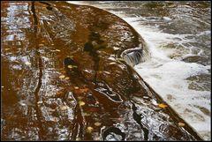 Der Herbst spiegelt sich im Wasserfall