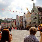 Der Hochzeitszug durch die Neustadt, mit Blick auf die Burg Trausnitz