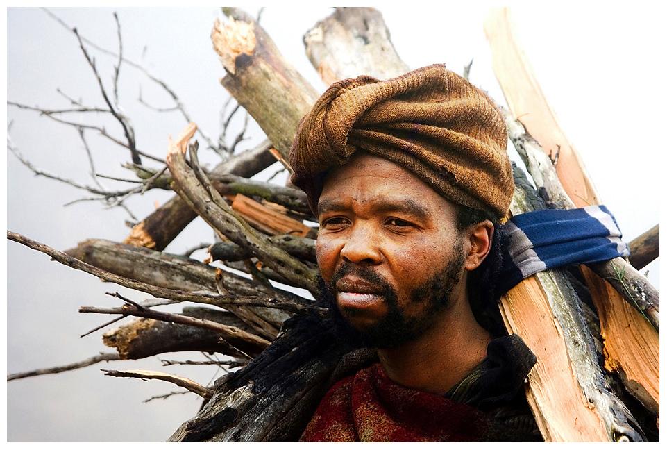 der Holzsammler aus dem Nebel ...Lesotho