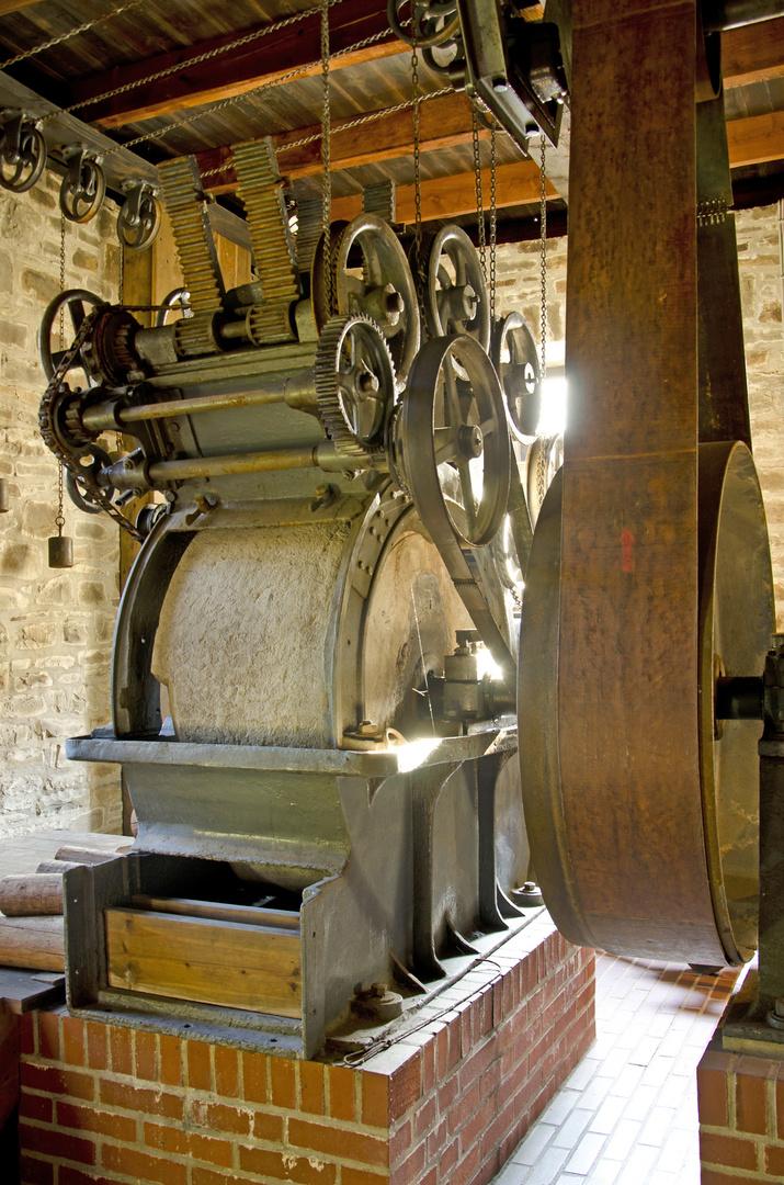 Der Holzschliffapparat. Er liefert das Rohprodukt für die Papier- und Pappeherstellung.