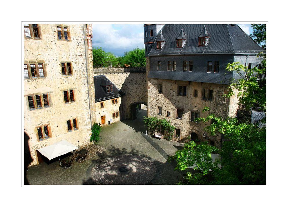 < Der Innenhof von Schloß Romrod >