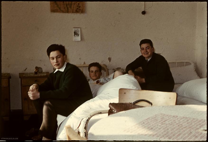 der junge herr kafka spielt 'ich packe meinen koffer' mit seinen beiden zimmergenossen