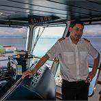 Der Kapitän auf der Brücke