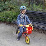 Der kleine Mann zeigt mir stolz sein Fahrrad.