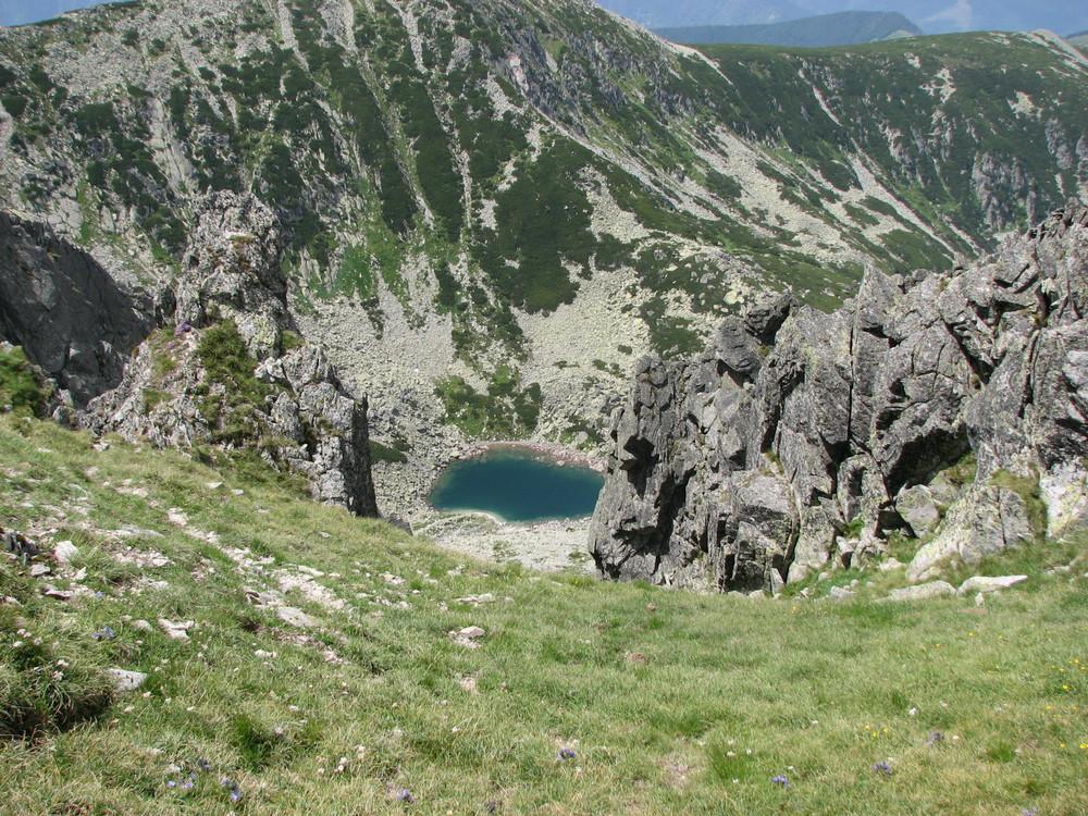 Der kleine See zwischen den Bergen