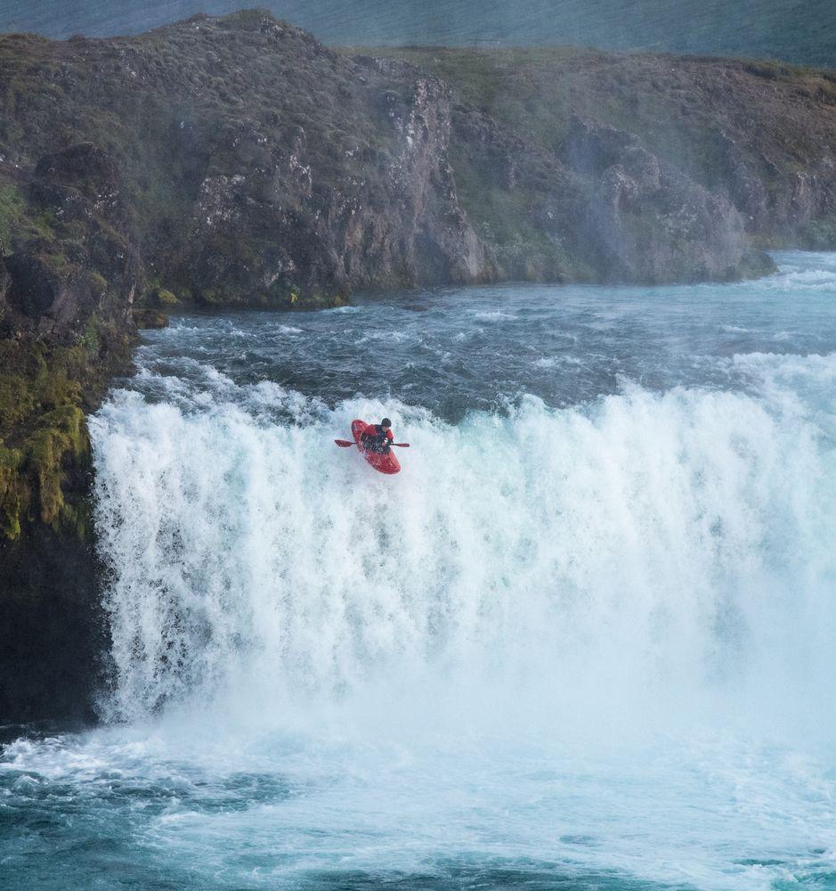 Der kühne Sprung über den Wasserfall