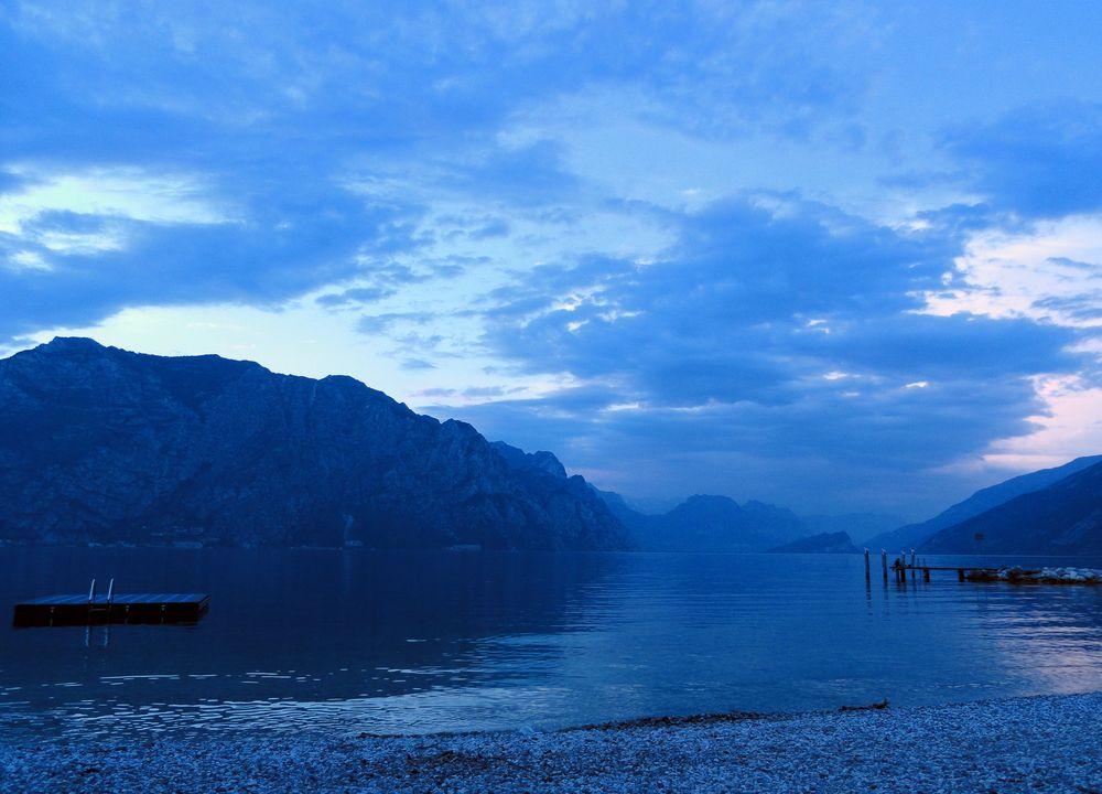 der lago di garda in blau
