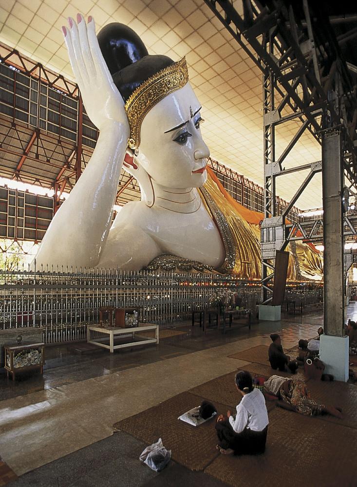 Der Liegende Buddha in der Kyaukhtatgyi-Pagode in Yangon