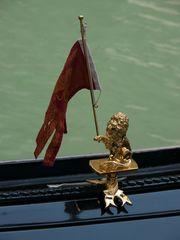 Der Löwe mit der Pfote hält die Flagge die sonst ins Wasser fällt