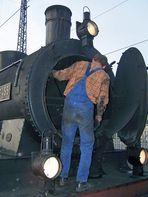 Der Lokführer und Eigentümer vor der Rauchkammer