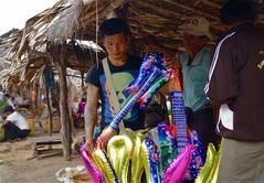 der luftgitarren-verkäufer, am landmarkt, burma 2011