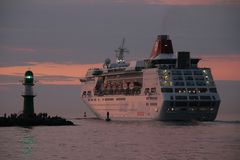 Der Luxusliner EMPRESS verlässt den Warnemünder Hafen
