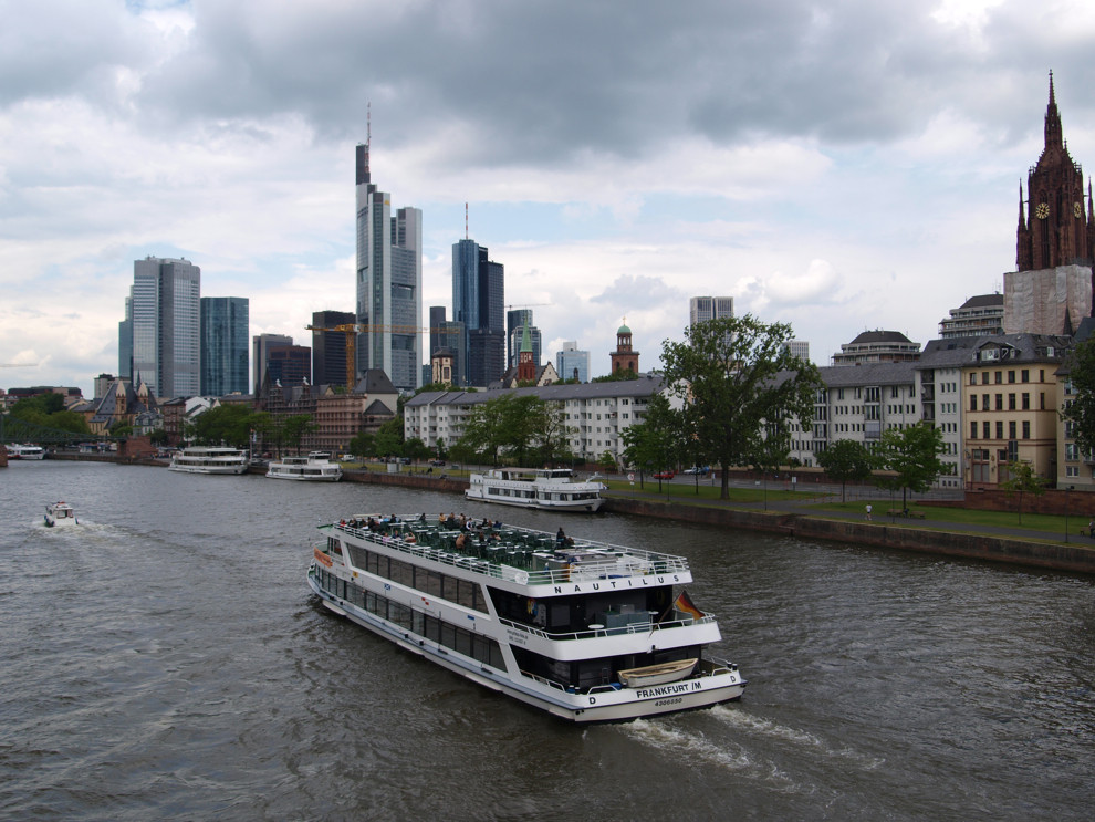 Der Main mit Schiff und Frankfurt