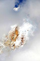 Der Manaslu (8163m) versteckt sich hinter Wolken