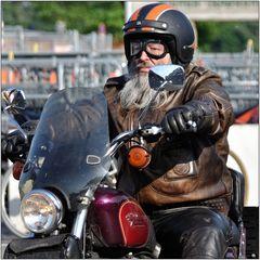 ... Der Mann auf seiner Harley ...