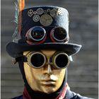 Der Mann mit der goldenen Maske und der Feder am Hut !