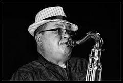 Der mit dem Saxophon spielt