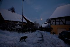 Der Mond hinter den Scheunen