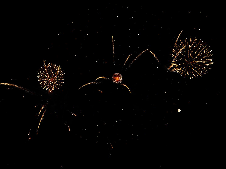 Der Mond im Feuerwerk