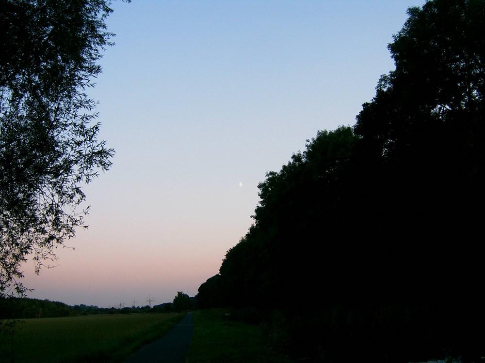 Der Mond ist ganz weit weg...